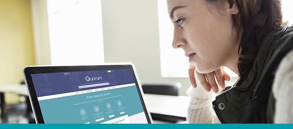 Une femme explore le site Web de Quorum