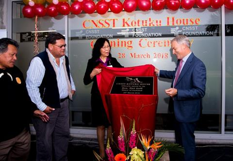 Auckland Mayor Phil Goff unveiling the plaque with Jenny Wang