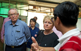 Martti Ahtisaari and Gro Harlem Brundtland at a hospital in a refugee camp